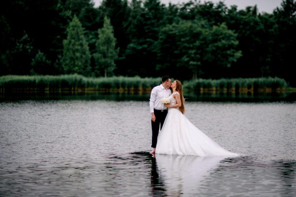 plener ślubny wjeziorze